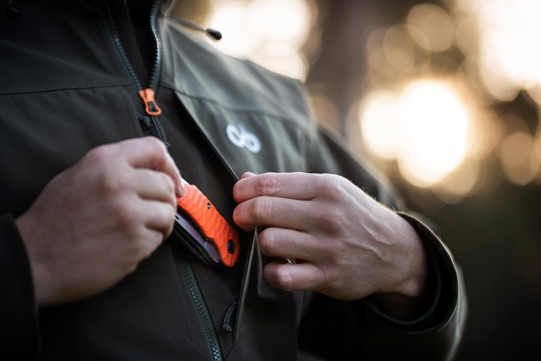 Jäger steckt Merkel-Messer in Jackentasche